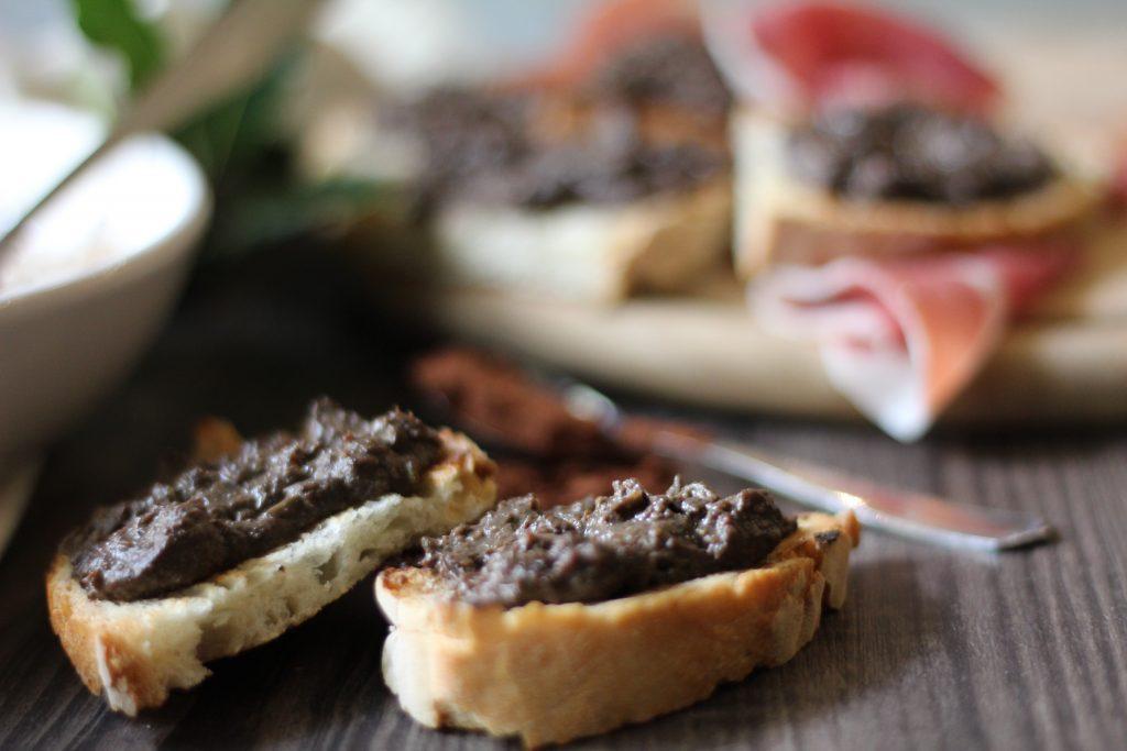 Crostino fegatini, vin santo e cacao