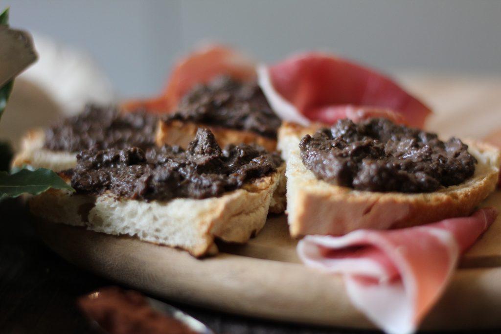 Crostino fegatini, vin santo e cacao 1