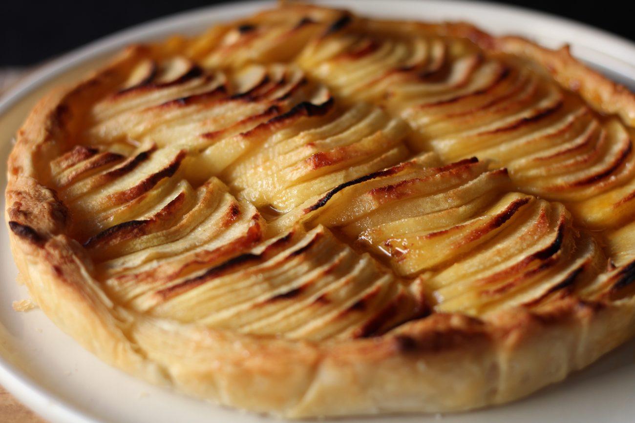 Torta di pasta sfoglia di mele e confettura di albicocche